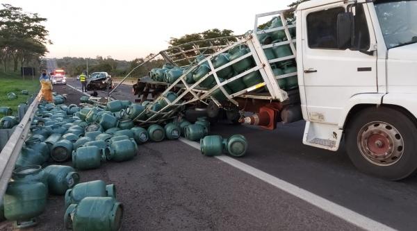 Após o caminhão ser atingido na traseira pela camionete, parte da carga de botijão de gás cai sobre a pista (Cedida/PM Rodoviária).