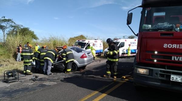 Equipes atuam no socorro à vítima do automóvel Ford Fiesta (Cedida/PM Rodoviária).