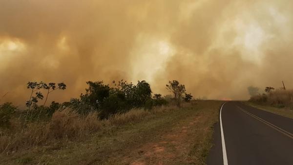 Incêndio às margens da pista levou PM Rodoviária a interditar trecho da Rodovia Júlio Budisk, em Flora Rica (Cedida/PM Rodoviária).
