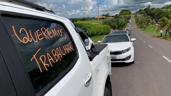 Em carreata, empresários defendem o direito de trabalhar, seguindo os protocolos sanitários definidos pelas autoridades (Foto: Siga Mais).