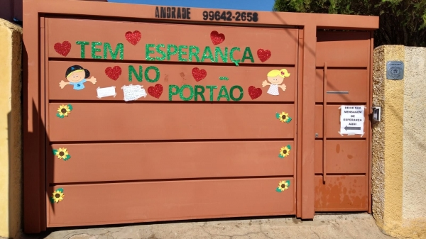 Portão da instituição se transformou em um painel para receber mensagens (Divulgação).