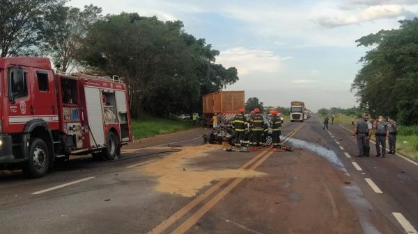 Carro ficou completamente destruído no acidente, que fez uma vítima fatal (Cedida/PM Rodoviária).
