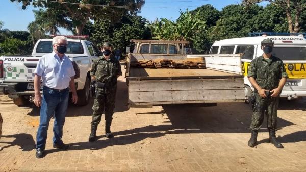 Presidente da APAE de Adamantina recebe o lote de madeiras, entregue pela PM Ambiental (Divulgação/PM Ambiental).