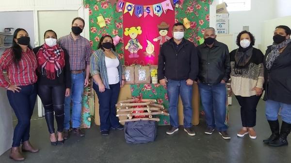 Projeto raio de Sol atende crianças de 6 a 12 anos. Entrega de kits juninos mobilizou equipes e autoridades (Foto: Cedida).