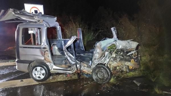 Fiat/Doblo, onde estavam a mulher - vítima fatal - uma criança e o condutor, que foram socorridos (Foto: Cedida/PM Rodoviária).