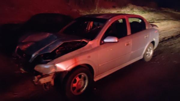 Automóvel GM/Astra com placas de Adamantina, conduzido por morador da cidade, que foi autuado por embriaguez ao volante, logo após o acidente (Cedida/PM Rodoviária).