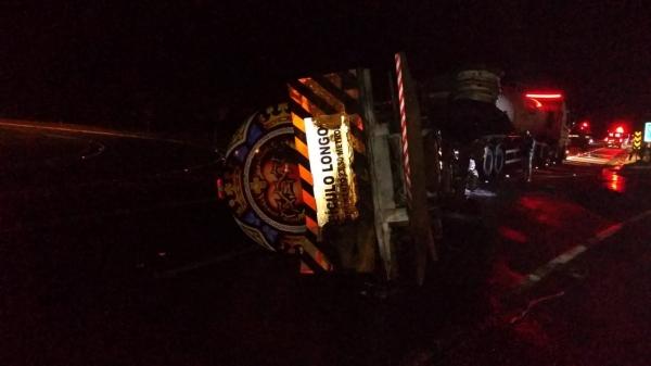 Carreta tomba, quando o condutor perdeu o controle da direção após atropelamento de capivara (Cedida/PM Rodoviária).