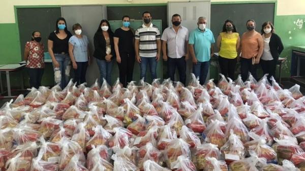 Gestores da educação municipal, prefeito e vice-prefeito de Mariápolis, na entrega de novo lote de alimentos para famílias dos estudantes, oriundos da merenda escolar, em apoio especial no período da pandemia (Foto: Divulgação/PMM).