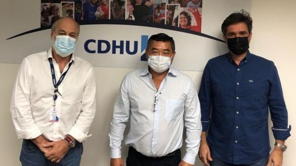 Prefeito Ricardo Watanabe foi recebido pelo diretor técnico da CDHU, Aguinaldo Lopes Quintana Neto, e pelo diretor de atendimento habitacional, Marcelo Hercolin (Cedida).