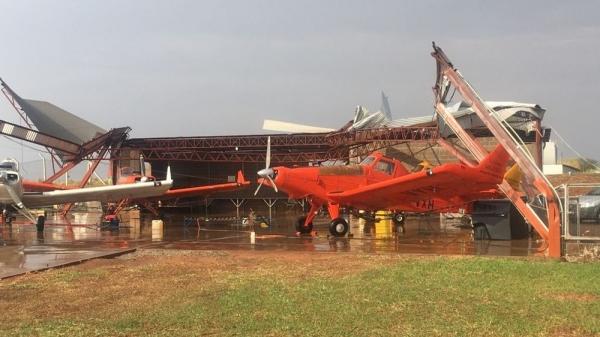 Hangar teve a cobertura arrancada pelo vendaval (Foto: Leonildo Mazini).