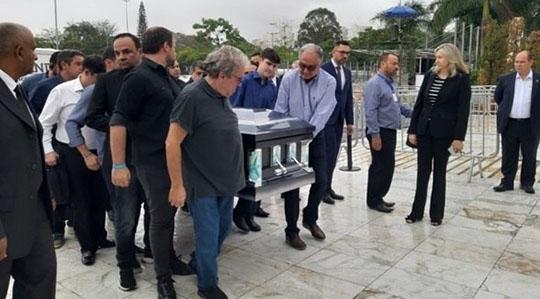 O filho de Gugu João Augusto Liberato ajudou a levar o caixão do pai para o funeral (Foto: Joyse Ribeiro/R7).
