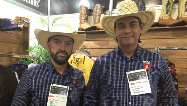Rinaldo Picinini e Evandro Rizzo no estande da empresa Os Vaqueiros, na Feira do Empreendedor (Foto: Adriano Lira/PEGN).